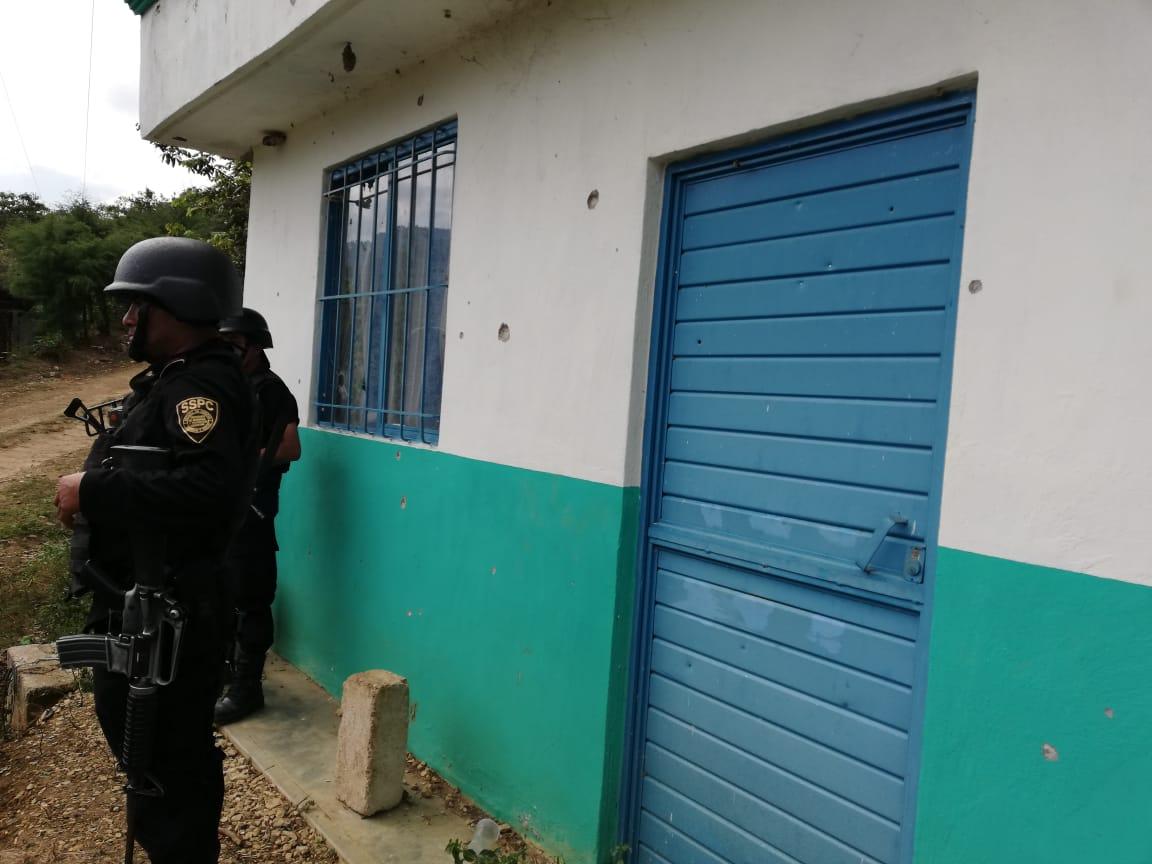 Foto Policías en la agencia municipal de Coco Aldama_Paredes con impacto de bala_Frayba