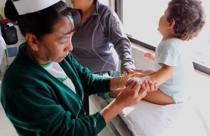 Enfermera rarámuri 'rompe' barreras lingüísticas en Maguarichi