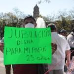 Personal de alto riesgo protesta frente al Congreso de Jalisco para exigir una jubilación temprana