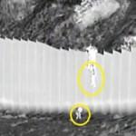 Niñas migrantes son lanzadas por traficantes desde el muro fronterizo