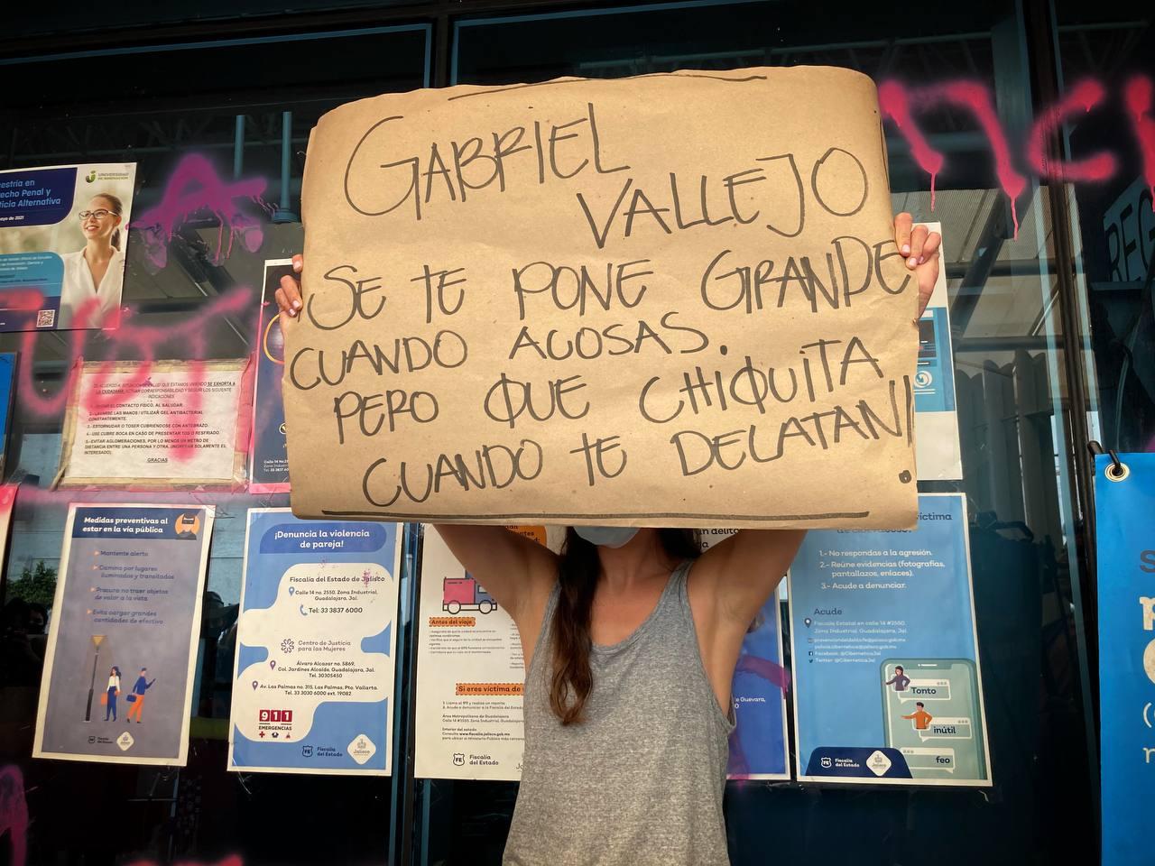 """""""Se busca violador"""": sobrevivientes de psicoanalista Gabriel """"N"""", llaman a que la Fiscalía de Jalisco rompa el pacto patriarcal"""